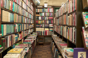 北向きに店が並ぶ古書店街